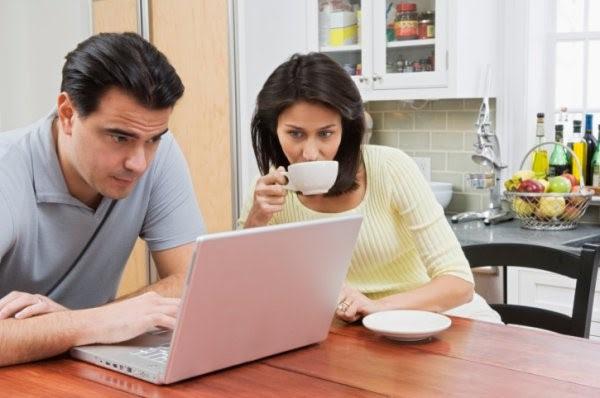 мужчина и женщина покупают одежду в интернете
