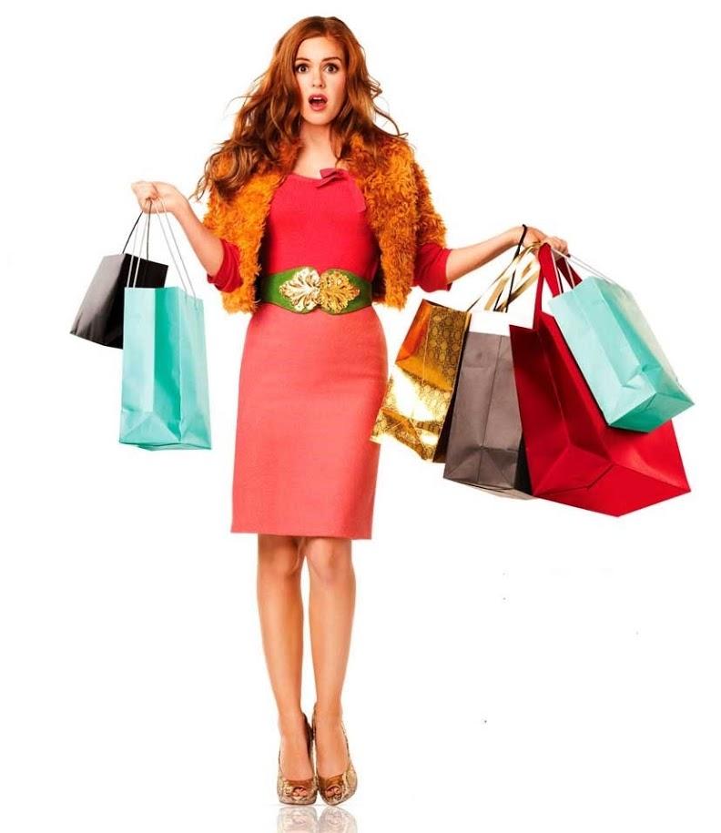 девушка покупает одежду